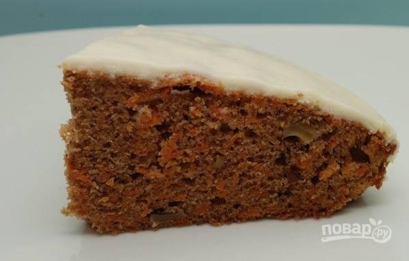 5. Полейте глазурь на остывший пирог и подавайте морковный десерт к столу.