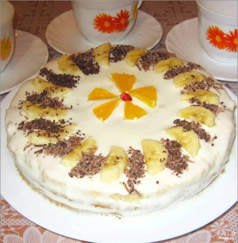 6. Затем украшаем по вашему вкусу и желанию. Можно один корж пропустить через мясорубку и посыпать со всех сторон наш торт. Есть и другой способ: натереть на терке печенье или измельчить его в блендере и также засыпать наш торт.