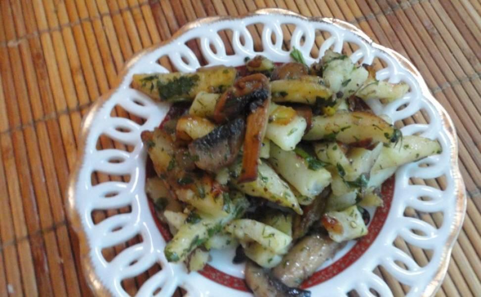 Готовую картошку с луком на сковороде подаем посолив и поперчив. Можно еще свежих овощей добавить. Приятного аппетита!
