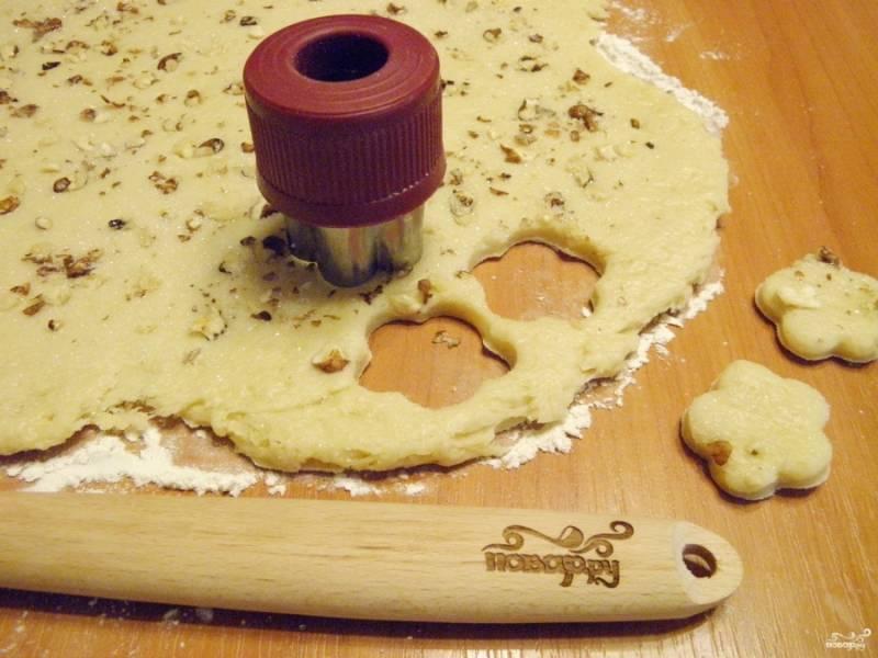 Формой для печенья выдавите тесто. Оно отлично отстает от стола и не липнет к форме.