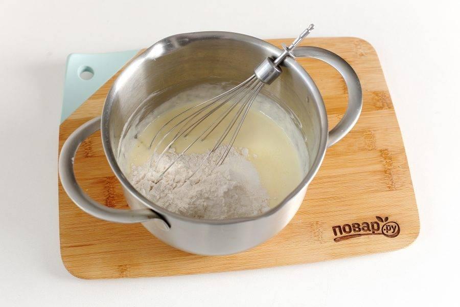 Добавьте муку, соду и 0.5 ч.л. соли.
