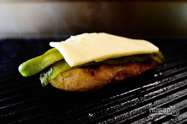 6. Поместите на грудку перец и кусочек сыра.