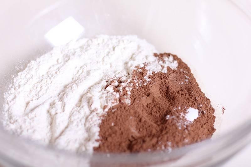 1. Для начала нужно смешать какао, сахар и пекарский порошок, чтобы получилось состояние пудры.
