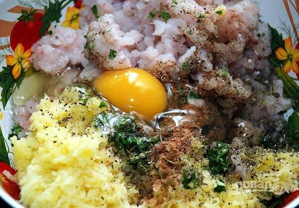 4. Вбейте яйцо, добавьте тертый картофель, соль и специи по вкусу.