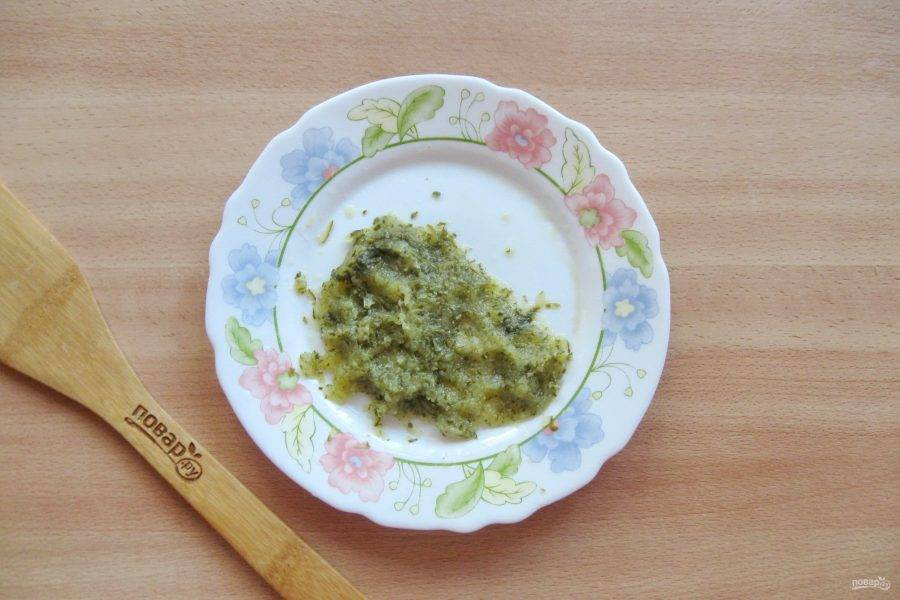 Маринованный или соленый огурец натрите на терке, образовавшийся рассол слейте.