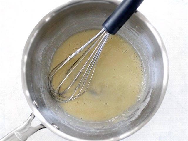 3.Добавьте в кастрюлю сливочное масло и муку, варите на среднем огне постоянно помешивая, после появления пузырьков готовьте в течение 1 минуты.