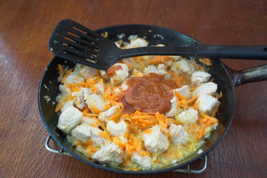 Добавьте немного водички, томатной пасты. Добавьте соль и специи. Тушите под крышкой до готовности овощей.
