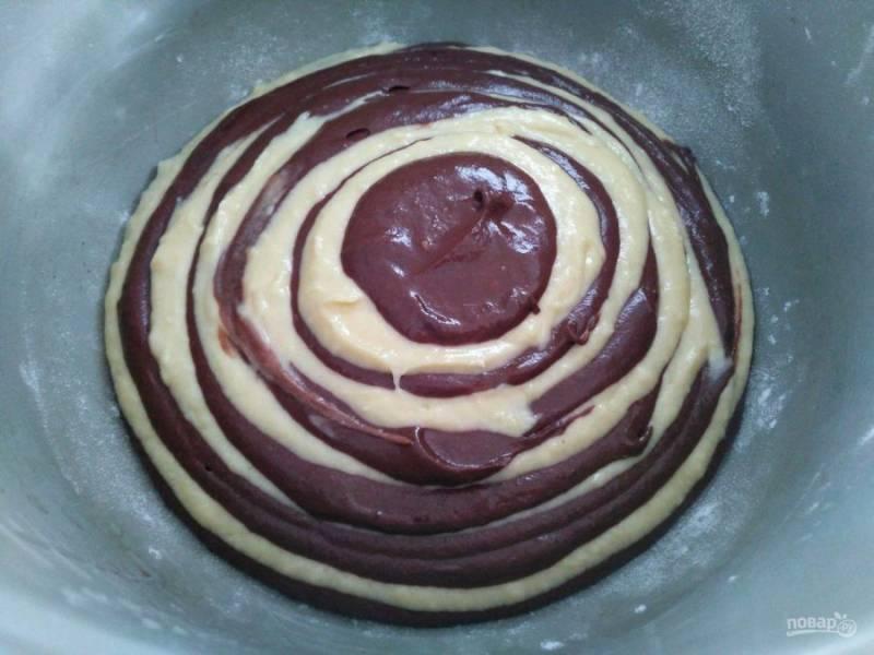 Выкладывайте тесто в подготовленную чашу мультиварки (смазанную маслом и присыпанную мукой) с помощью ложки, чередуя цвета.