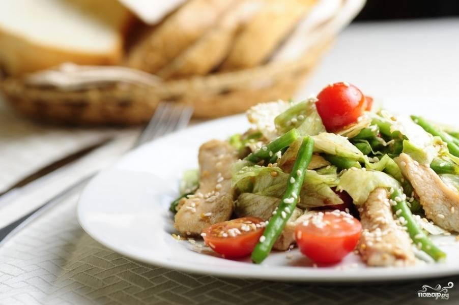 Смешать куриное мясо, фасоль, капусту и лук. дать постоять под крышкой несколько минут. Выложить салат на тарелку, полить заправкой и посыпать кунжутом. Приятного аппетита!