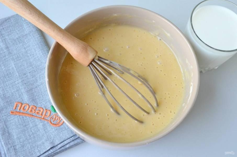 4. В готовое однородное тесто вливайте порциями молоко, венчиком перемешивайте.