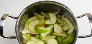 В кастрюле вскипятить воду, добавить в неё половину лимона, выдавив сок, палочку корицы и 2-3 бутона гвоздики. Пусть кипит 10-15 минут. Лимон и пряности вынуть. Опустить в кастрюлю груши, нарезанные дольками на 7-10 минут.