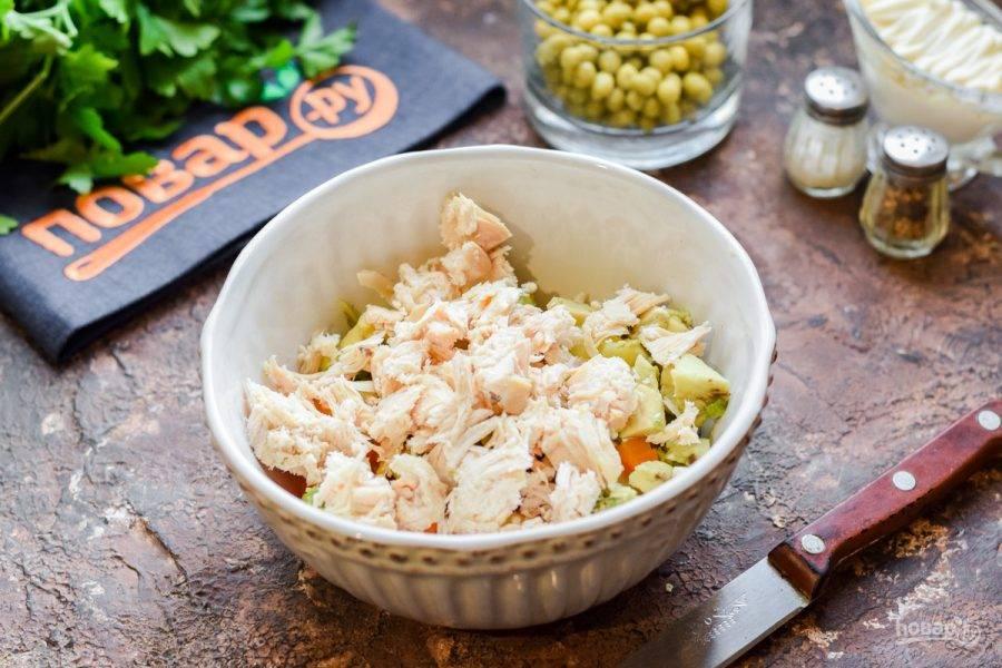 Вареное филе нарежьте небольшими кубиками и добавьте в салат.
