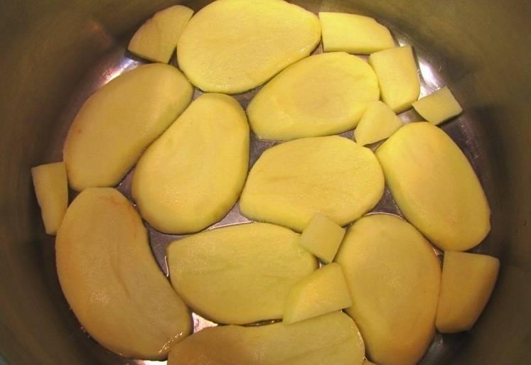 Нарезаем его на довольно толстые ломтики (0,5 см) и выкладываем на дно смазанной маслом кастрюли, чтобы рис не пригорел.