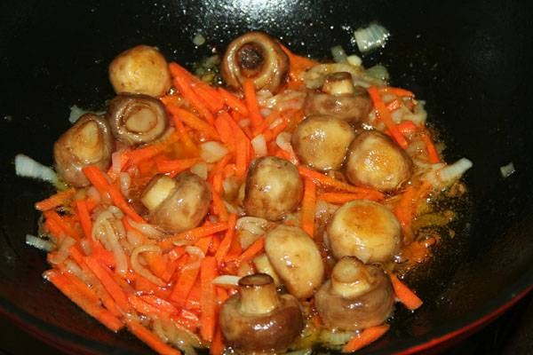 Добавляем морковь (тертую на крупной терке). Помешивая, готовим еще 5 минут.
