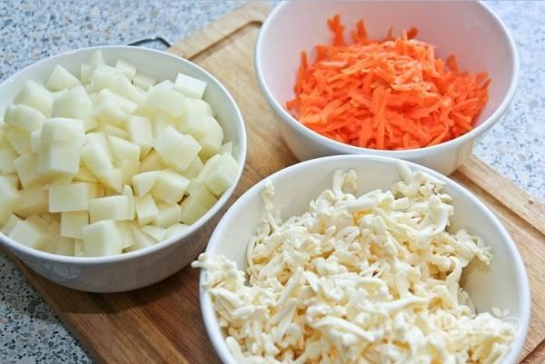 3. Картофель очистите, нарежьте кубиками. Морковь и сырки натрите на терке.
