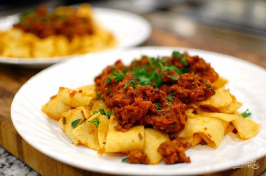 12.Подавайте соус сразу после приготовления с отварными макаронами, можете украсить зеленью.