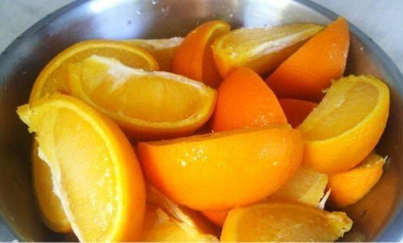 Утром достаем апельсины из морозилки и размораживаем. Заем нарезаем на дольки.