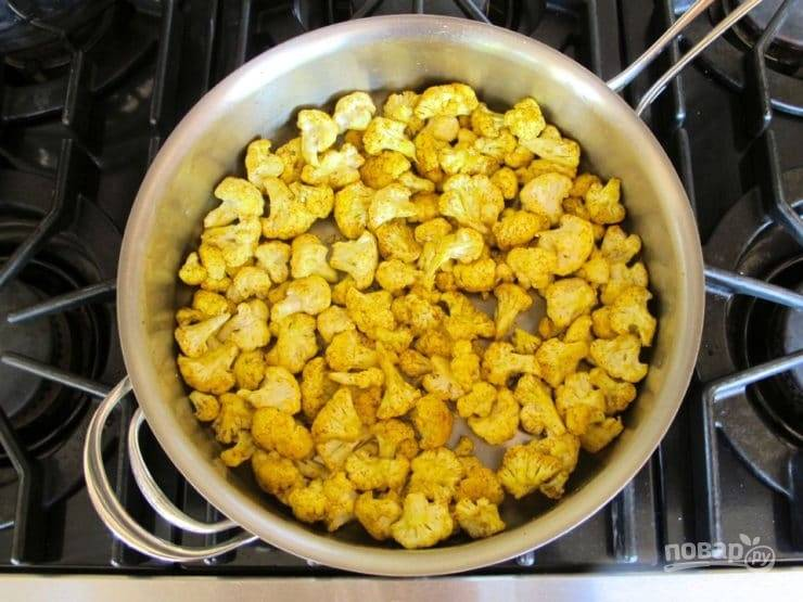 5. Затем добавьте капусту, разобрав её на соцветия. Перемешайте ингредиенты.