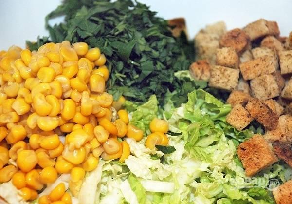 4. Туда же добавьте кукурузу, измельченную зелень и сухарики. Мелко нарежьте луковичку.