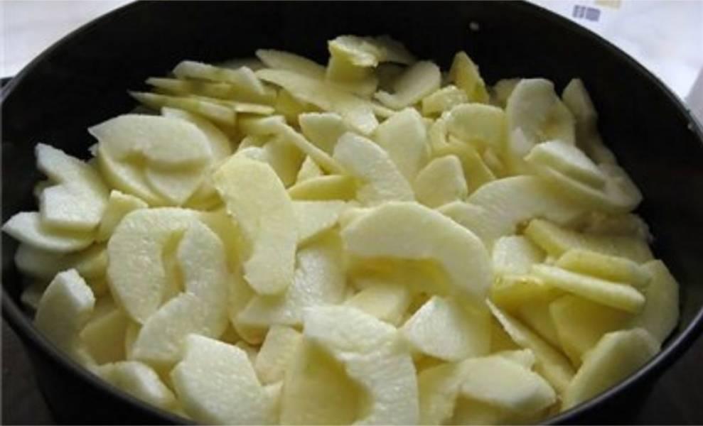 7. Сверху выложите засахаренные яблоки.