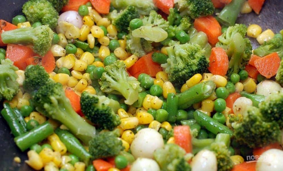 6.Всыпаю соцветия капусты брокколи и готовлю еще 6 минут, вливаю ½ стакана кипятка, делаю минимальный огонь и готовлю под закрытой крышкой около 10-15 минут до мягкости всех овощей.