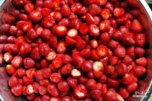 Начать нужно с переработки нашей ягоды. Земляника должна быть спелой, мытой и очищенной от листиков и т.д. Промыв землянику, даем ей обсохнуть на бумажном полотенце.