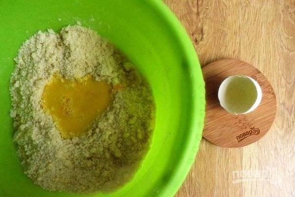 Муку, разрыхлитель, сахар, масло перемешайте до крошки. Можно воспользоваться блендером. Взболтайте желток и ледяную воду, добавьте в масляно-мучную смесь, замесите мягкое тесто.
