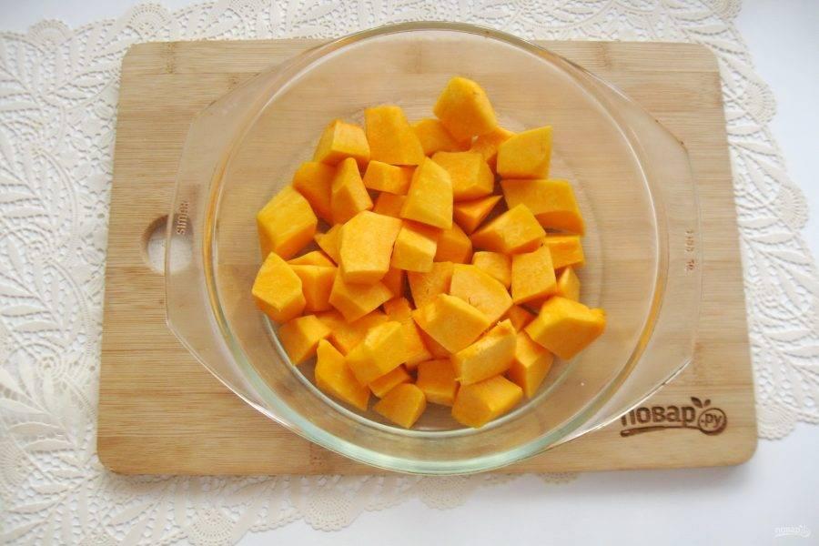 Тыкву очистите, удалите семечки, помойте и нарежьте кубиками. Выложите в жаропрочную форму.