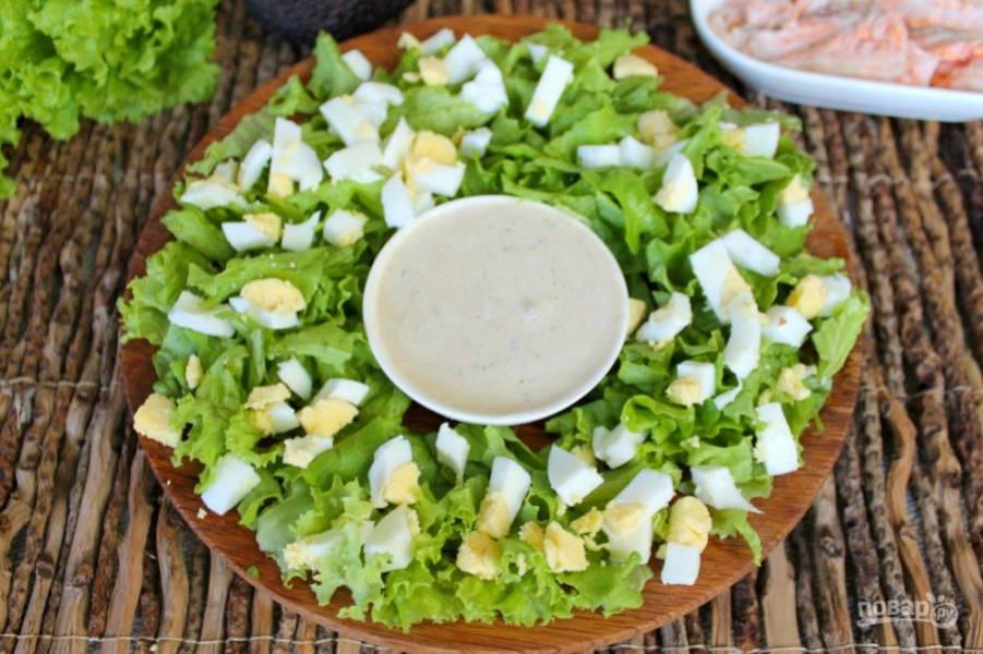 Яйца отвариваем, остужаем, режем кусочками и добавляем в салат.