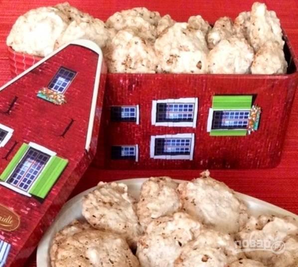 Запекайте печенье в духовке при 150 градусах в течение 30-40 минут. Полностью остудите изделия на противне, и только потом перенесите их в банку или коробку. Приятного чаепития!