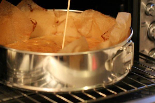 3. Выпекаем обе части в хорошо разогретой духовке около 40-50 минут. Затем оставляем коржи остыть на некоторое время.