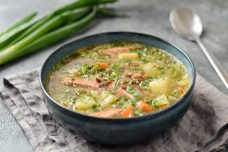 Суп с чечевицей и колбасой готов, приятного вам аппетита!