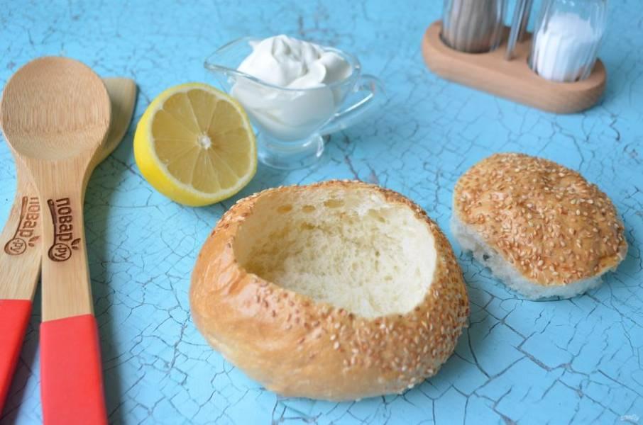 7. У хлеба (хлебной булочки) срежьте крышечку, удалите мякоть, внутри смажьте белком яичным и подсушите в духовке.