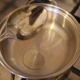 2. Готовить булгур не сложно: для начала наливаем несколько столовых ложек растительного или оливкового масла в кастрюлю. Тем временем булгур уже успел подсушиться.