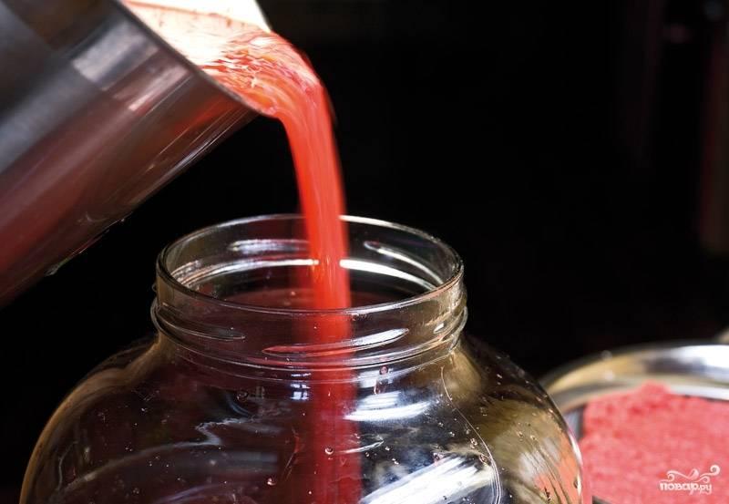 4. Весь полученный сок перелейте в стеклянный бутыль или банку, на которую поставьте гидрозатвор. И снова поставьте в темное место, в котором температура держится в пределах 18-23 °C.