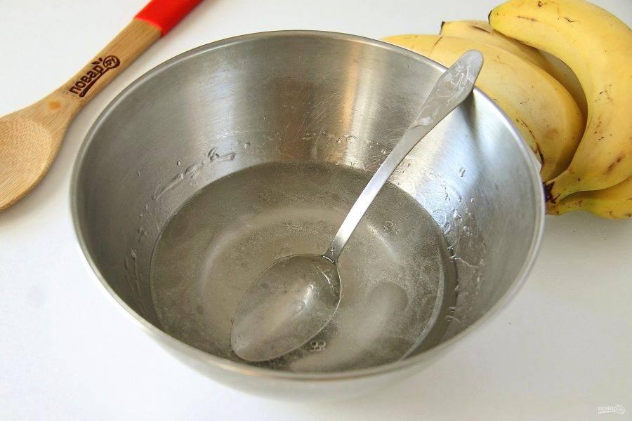 В глубокой миске соедините воду, соль и растительное масло.