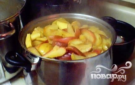 3.Очищенные фрукты нужно порезать на кусочки, удаляя сердцевину, поместить фруктовую массу в большую кастрюлю с толстым дном. Дно посуды должно быть на 2-3 см покрыто водой. Теперь яблоки нужно проварить до полной мягкости.