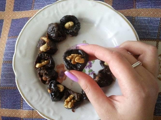 """4. В качестве начинки в данном случае будет чернослив с орехом. Вы можете готовить и по классическому рецепту """"Рафаэлло"""" из творога, используя при этом только орешек."""