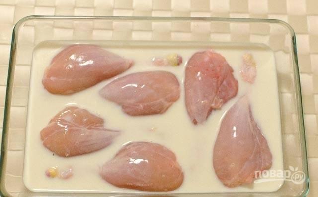 1.Части курицы (в этом рецепте – ножки) промойте, по желанию снимите кожу. Залейте курицу молоком и дайте настояться по крайней мере 30 минут.
