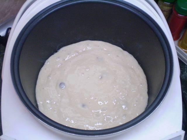 """Смазываем форму маслом. Переливаем тесто. Закрываем крышку и печем пирог 45-50 минут в режиме """"Выпечка""""."""