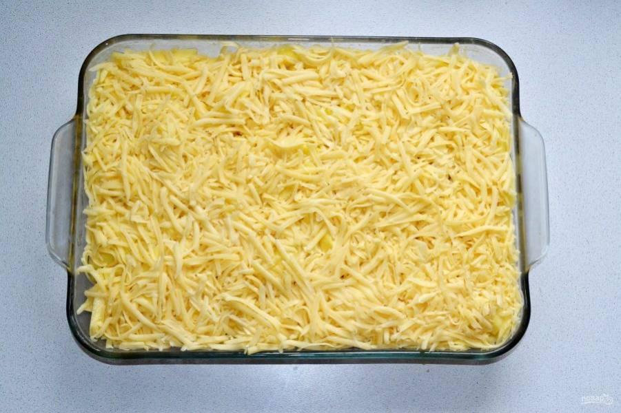 Сверху присыпьте все тертым сыром. Сыра не жалейте.