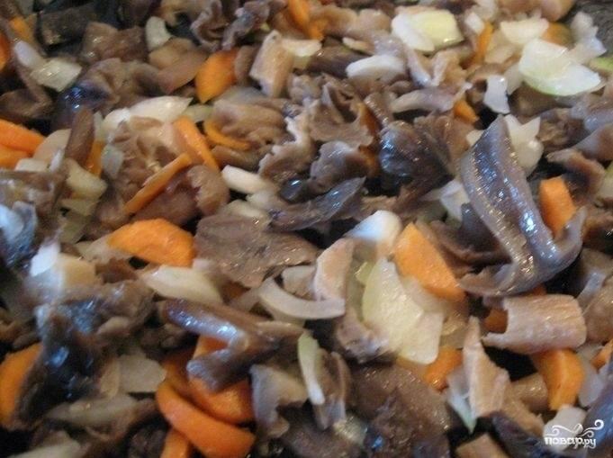 Морковь помойте, почистите и нарежьте кружочками. Лук измельчите. Морковь и луковицу немного притомите вместе с грибами, а потом всё вместе отправьте к капусте.