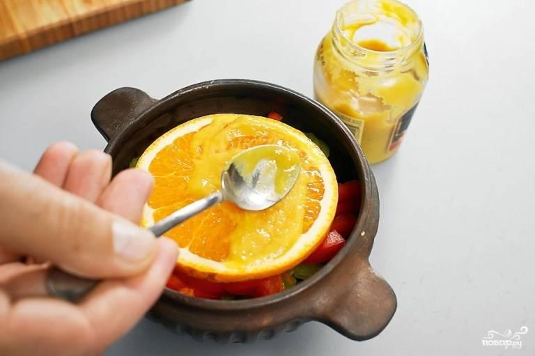 Затем положите сверху тот самый ранее отрезанный кружок апельсина. Смажьте горчицей и посыпьте корицей.