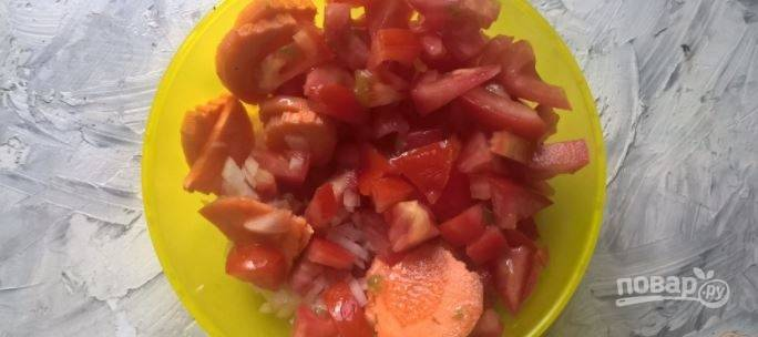 Нарежьте помидор, морковь, лук и картофель и отправьте их в кипящий бульон еще на 30 минут.