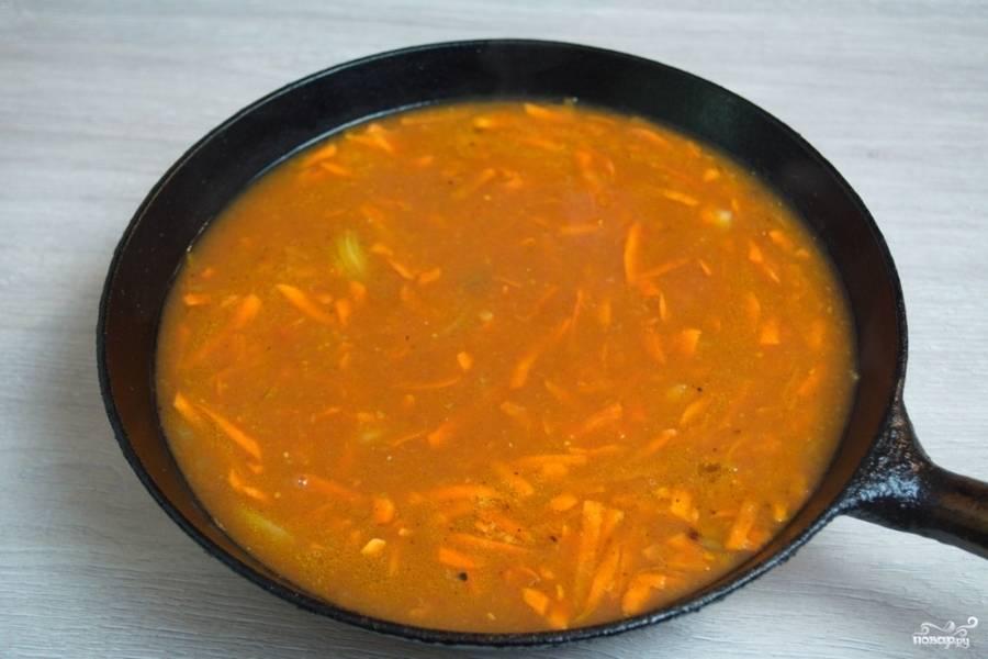 В другую сковороду влейте томатный сок. Добавьте специй по вкусу. Натрите на терке морковь. Добавьте ее к томатному соку, дайте закипеть. Тушите морковь в томате около 5-7 минут. Переложите тефтели в сковороду или кастрюльку. Залейте подготовленной подливкой. Тушите на небольшом огне около 40 минут. Помешивать или как-то приподнимать тефтели не нужно.