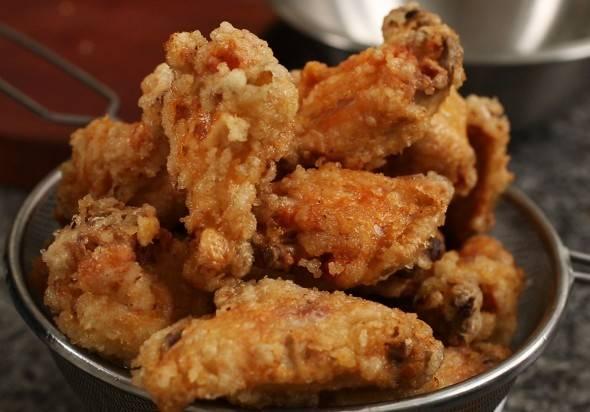 Снова разогрейте масло и обжаривайте крылышки ещё 12-15 минут до золотисто-коричневного цвета и хрустящей корочки. Если ваша сковорода или кастрюля недостаточно большие, разделите куриные крылышки на небольшие порции и обжаривайте их по-отдельности. Если же размер посуды позволяет вам обжарить их все сразу, добавьте чуть больше масла, чем указано в рецепте.