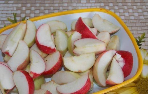Яблоки режем дольками, удалив сердцевину.