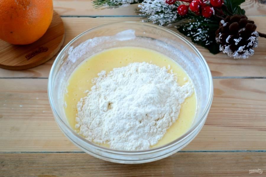Всыпайте муку небольшими порциями, вмешивая ее в тесто. Так постепенно добавьте всю муку. По густоте тесто должно получиться, как бисквитное.