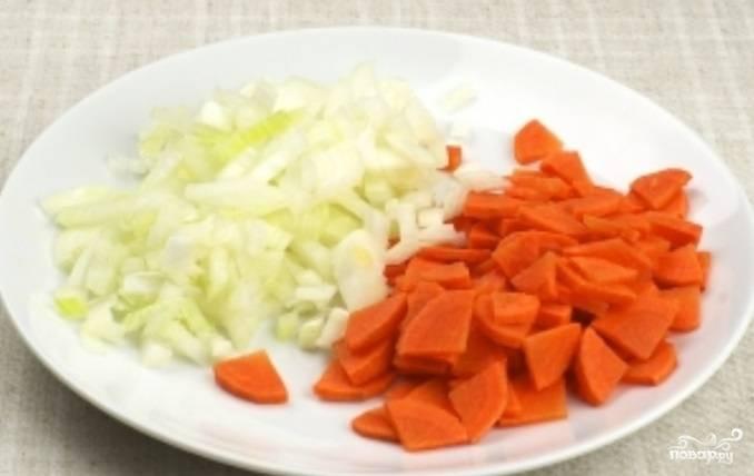 4. Луковицу очистить и мелко нарезать. Морковь вымыть, почистить и порезать средними кусочками (можно натереть на терке).
