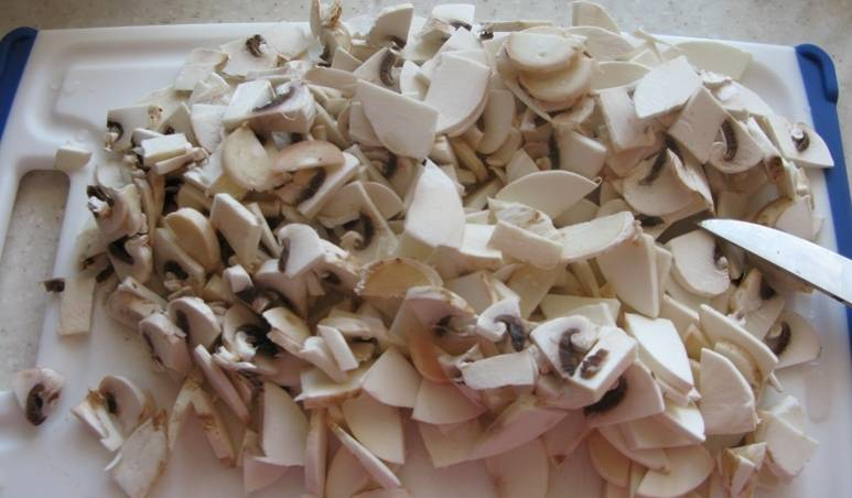 4. Нарезаем грибы. Лучше их шинковать среднего размера. Отправляем к мясу и луку.
